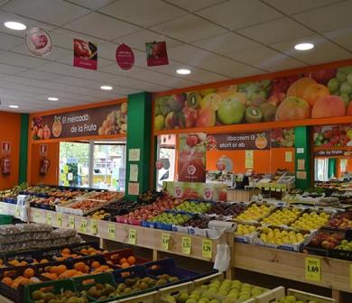 colocación de fruta en tienda